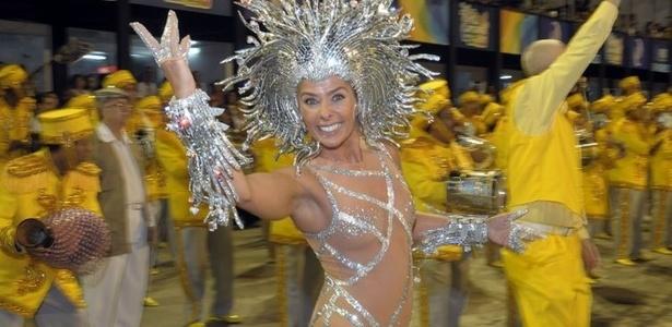 Rainha de bateria da escola, Adriane Galisteu se prepara para entrar na Sapucaí (06/03/2011)