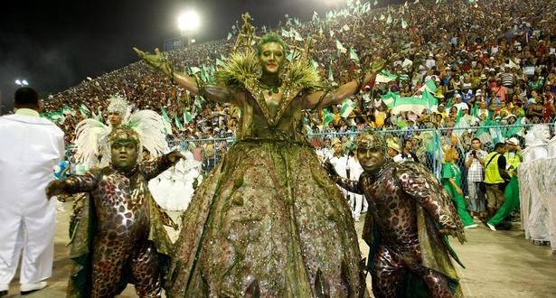 Comissão de frente da Mocidade Independente, que fala da agricultura na origem do Carnaval