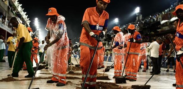 Funcionários jogam serragem para conter óleo na pista da Sapucaí (08/03/2011)