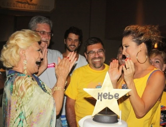 Hebe Camargo ganha festa de aniversário no camarote de Cláudia Leitte (08/03/2011)