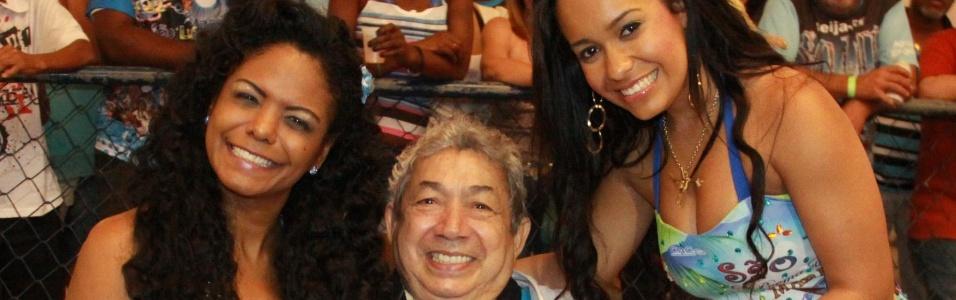 Em visita à quadra da Beija-Flor, Joãosinho Trinta posou com a porta-bandeira Selminha Sorriso e com Raíssa Oliveira, rainha de bateria (setembro/2011)