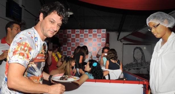 Marcelo Serrado vai a feijoada na quadra da Porto da Pedra (2012)