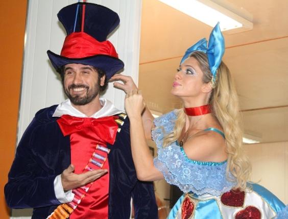 Eriberto Leão e Letícia Spiller encarnam Chapeleiro Maluco e Alice na Ilha do Governador