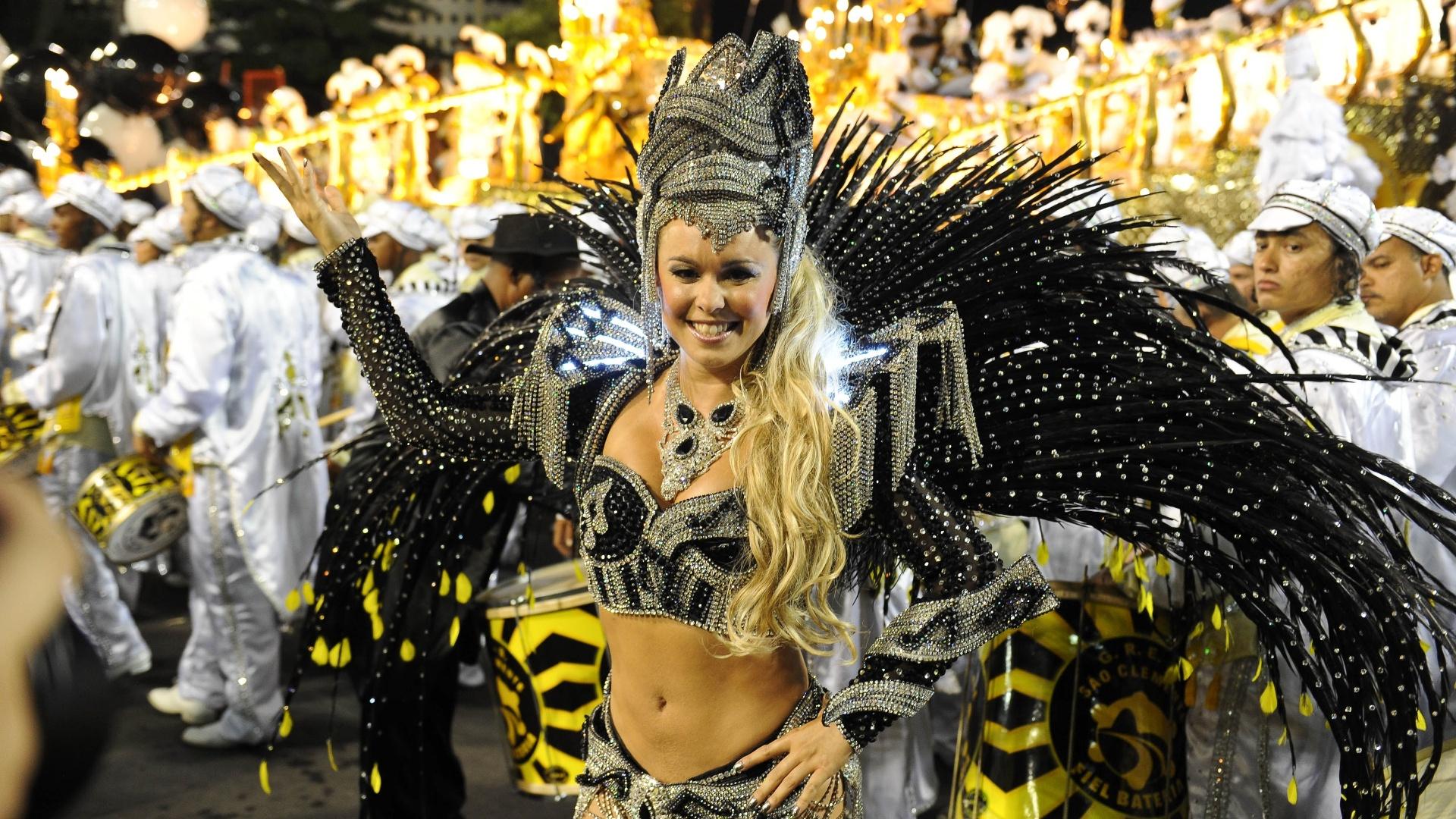 Sãio Clemente abre o último dia de desfiles no Rio de Janeiro