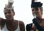 Adriane Galisteu sobe no trio elétrico de Claudia Leitte